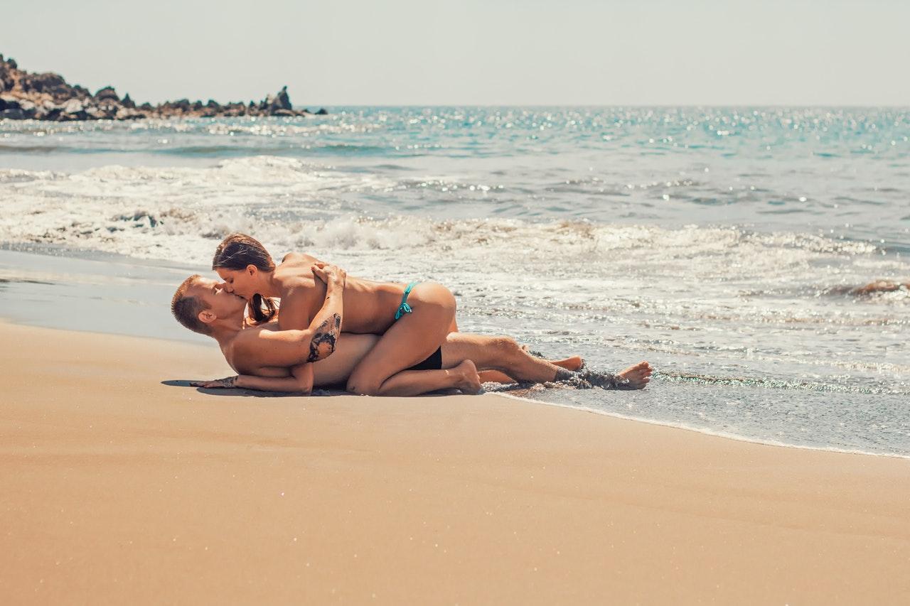 zaljubljen par na plazi